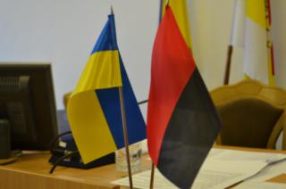 Теперь в Ровенской области официально будут поднимать красно-черные флаги ОУН