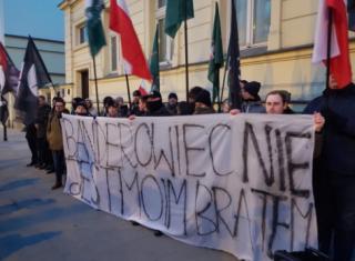В Варшаве польские националисты демонстративно жгли портреты Бандеры и Шухевича
