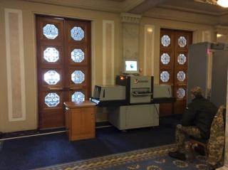 Паника, вызванная «гранатами Савченко», продолжается. В Раде начали сканировать сумки депутатов