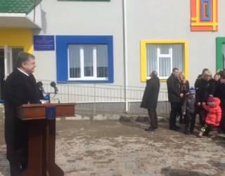 Во время открытия детского садика на Ровенщине огромная сосулька едва не попала в голову охранника Порошенко