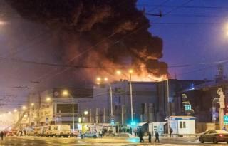 Количество жертв пожара в Кемерово увеличилось до 64. Здание снова загорелось