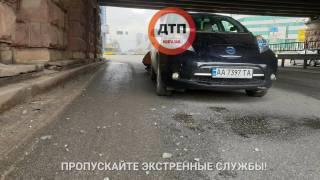 В Киеве кусок разрушающегося Воздухофлотского моста упал прямо на автомобиль