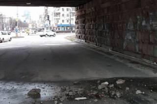 Специалисты не рекомендуют ходить под киевскими мостами в начале весны
