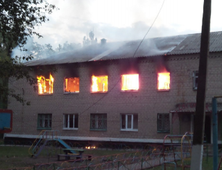 В Донецкой области загорелся детский сад. Спасаясь, логопед выпрыгнула со второго этажа