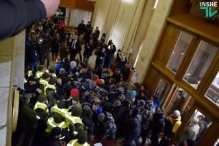 Группа радикалов прорвалась в Николаевский облсовет, требуя от депутатов невозможного