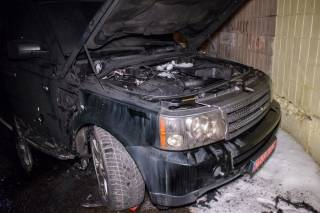 Ночью в Киеве взорвали крутой внедорожник. Хозяина авто забрала «скорая»
