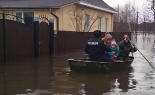 На Сумщине из-за потопа люди плавают по городу на лодках