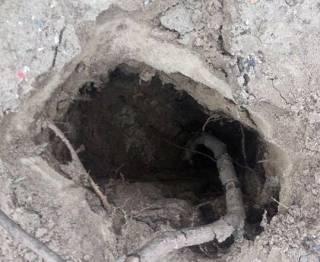 В Кривом Роге женщина, гуляя с ребенком, провалилась под землю прямо на детской площадке