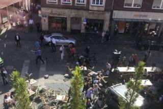 В Германии псих на фургоне въехал в толпу отдыхающих и застрелился