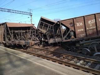 Из-за жуткой аварии на железной дороге львовяне с детьми вынуждены идти многие километры до трассы