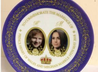 Производитель сувениров поженил Эда Ширана на Меган Маркл. И сильно озадачил соцсети