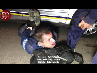 В Киеве пьяный мужчина устроил погром на АЗС. После чего бился головой об асфальт
