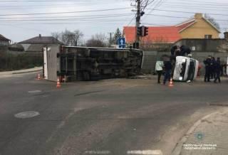 В Одессе столкнулись и перевернулись фура и микроавтобус. Пострадали более 10 человек