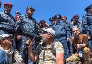 В Ереване проходят массовые акции протеста. Лидер оппозиционеров попал в больницу