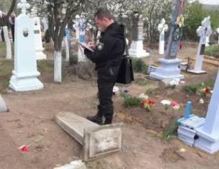Могильная плита убила 3-летнюю девочку на Одесщине