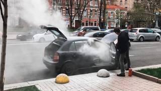 В центре Киева на ходу вспыхнул автомобиль