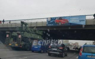 В Киеве тягач с военной техникой застрял под мостом. Движение автомобилей парализовано