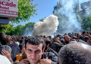 Митингующие в Ереване попытались подкупить полицейских. Те в ответ напомнили об оружии