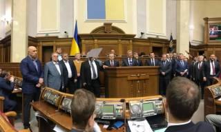 Игнорируя заблокированную трибуну, депутаты поручили Порошенко обратиться к Вселенскому Патриарху