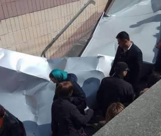 В Киеве из-за сильного ветра крыша одного из ТРЦ упала на прохожих. Есть пострадавшие