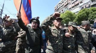 В Ереване на сторону протестантов перешли люди в военной форме