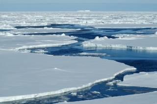 Загадочные воронки на поверхности арктических льдов озадачили ученых