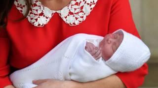 Принц Уильям и Кейт Миддлтон показали публике новорожденного принца спустя всего несколько часов после рождения