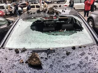 В Киеве пятиметровый фонтан, вырвавшийся из-под земли, испортил несколько машин