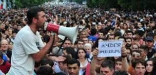 Протесты в Армении: активисты врываются в мэрии и перекрывают дороги