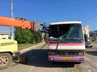 В Черновцах стрела автокрана пробила насквозь маршрутку