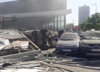 В Днепре фура влетела в парковку супермаркета, смяв 12 машин. Есть погибший и раненые