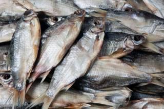 Киевлянин заразился ботулизмом, купив вяленую рыбу на стихийном рынке