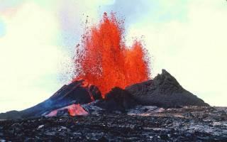 На Гавайях извергается вулкан, в котором, по преданию, обитает богиня огненных гор