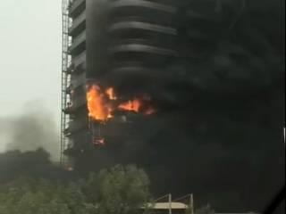 В Дубае очевидцы засняли распространение пожара в высотном жилом здании