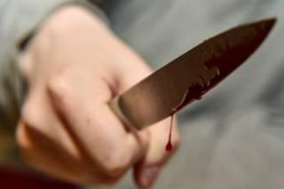 Во Львове участник ДТП пырнул ножом сотрудницу полиции, после чего получил пулю в ногу
