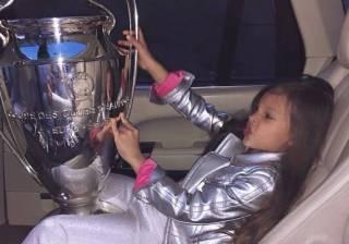 «Домашняя игрушка»: соцсети возмутили фото дочери президента ФФУ, которая играется с кубком ЛЧ
