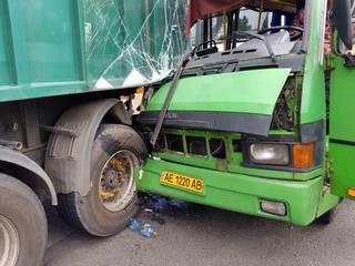 В Каменском маршрутка с людьми протаранила грузовик