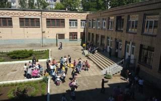 Из-за распыления непонятного вещества сотни детей были эвакуированы из николаевской школы