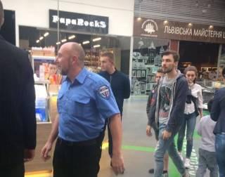 Охранник киевского ТРЦ избил ребенка только за то, что тот сидел в кафе без еды