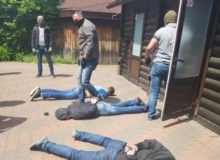 Правоохранители повязали на горячем банду вымогателей, доводивших людей до попыток суицида