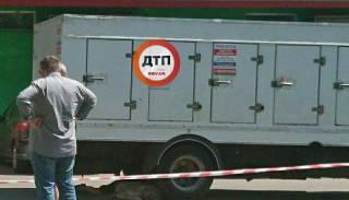 В Киеве грузовик раздавил старушку, которая выходила из магазина