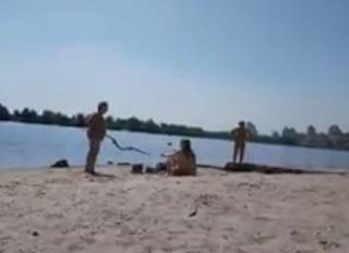 Соцсети позабавило видео с киевского пляжа: пенсионерки попытались палкой «воспитать» молодых девушек