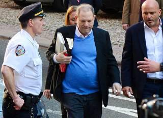 Вайнштейн явился в полицию с повинной. Говорят, Брэд Питт обещал его убить