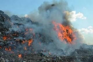 В Николаеве спасатели боролись с грозившей рухнуть пылающей горой мусора