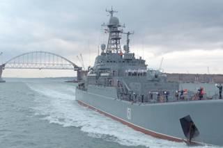 Россия пригрозила «красной карточкой и удалением» за приближение к Керченскому мосту