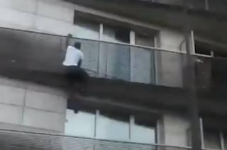 Иммигрант-смельчак эпично спас малыша в Париже. Макрон уже хочет дать ему гражданство