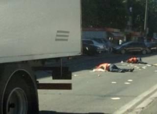 Фура сбила двух пешеходов в Киеве. Появилось видео с места трагедии
