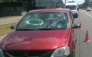 В Киеве кусок бетона упал с моста на проезжающий автомобиль, практически оторвав руку пассажиру