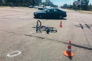 В киевском спальнике велосипедист угодил под колеса автомобиля. Сам виноват
