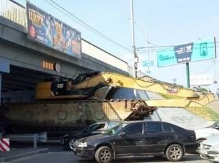 Череда странных происшествий в Киеве: тягач не вписался в мост, а автомобиль застрял на лестнице кинотеатра